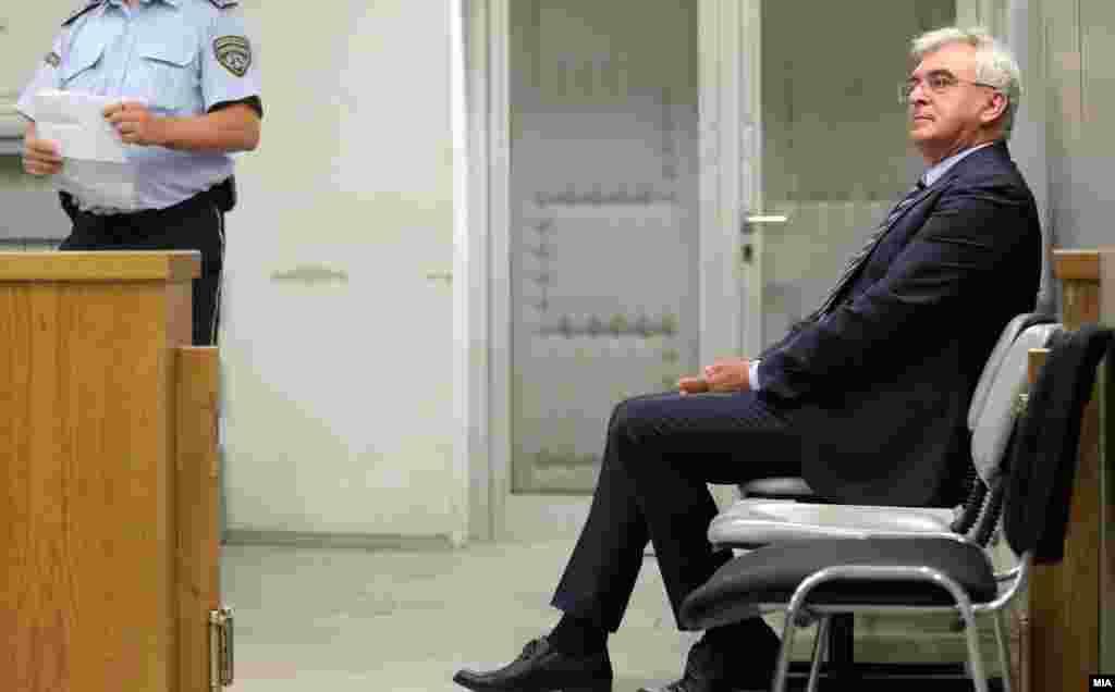 МАКЕДОНИЈА - Поранешниот разузнавач Зоран Верушевски, за кого разузнавачите од УБК - Ѓорѓи Лазаревски и Ѕвонко Костовски тврдеа дека нелегалните прислушувани разговори во УБК ги снимале тајно и му ги давале нему, на сведочење во Кривичниот суд ги негираше нивните тврдења.