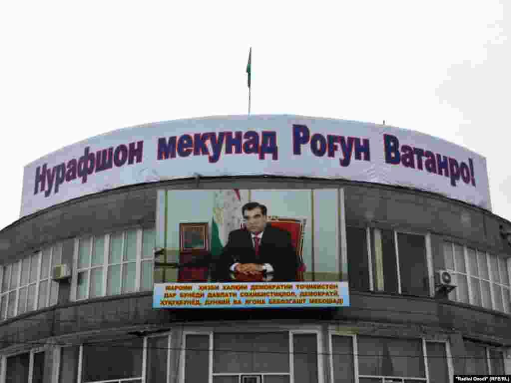 Тасвире аз раисиҷумҳури Тоҷикистон дар хиёбони марказии Душанбе