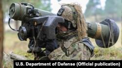 Ukrayna əsgəri Javelin antitank raketini sınaqdan çxıarır