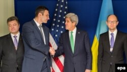 Виталий Кличко пожимает руку госсекретарю США Джону Керри на конференции в Мюнхене 1 февраля