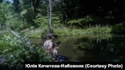 Саша і Маша на ставку. Кадр з фільму