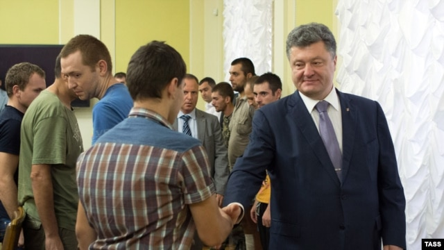Ukrainian President Petro Poroshenko welcomes servicemen released from captivity in the Donetsk region during a meeting in Kyiv on August 15.