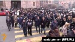 Демонстранты от здания правительства движутся к президентскому дворцу, Ереван, 29 января 2015 г.