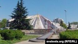 Піраміду, дзе нядоўгі час быў музэй Ходжы, пакінулі у якасьці напаміну пра «цёмныя» часы камунізму