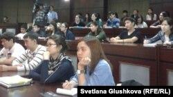 АҚШ президентіне кандидаттардың дебаты қалай өтететінін тамашап отырған студенттер. Астана, 29 қазан 2012 жыл. (Көрнекі сурет)