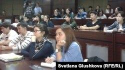 Студенты Назарбаев Университета слушают имитацию предвыборных дебатов кандидатов в президенты США. Астана, 29 октября 2012 года.