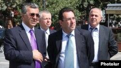 Министр транспорта Армении Манук Варданян (слева) со своим богларским коллегой Александром Цветковым. Ереван, 9 сентября 2010 г.