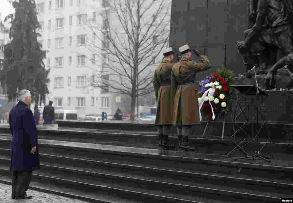 ABŞ-nyň döwlet sekretary Reks Polşada, Warşawa gettosynda Halkara Holokost ýatlama gününde pidalaryň hormatyna çemen goýmak dabarasyna gatnaşýar. 27-nji ýanwar. (Reuters/Kacper Pempel)