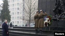 Госсекретарь Тиллерсон возлагает венок в Международный день памяти жертв Холокоста у памятника героям гетто в Варшаве, 27 января