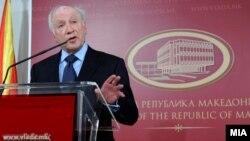 Посредникот на ОН во спорот за името Метју Нимиц на прес-конференција во Скопје на 11 јануари 2013 година.