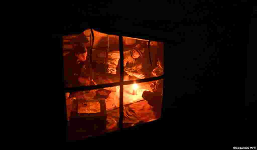 У лягеры для нелегальных мігрантаў каля гораду Бігач у Босьніі.