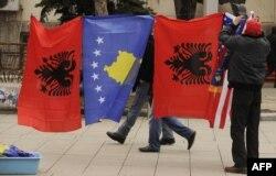 Flamuri i Kosovës dhe ai i Shqipërisë.