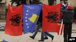 Flamuri i Kosovës dhe flamuri kombëtar shqiptar. Foto nga arkivi