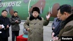 В центре — глава Северной Кореи Ким Чен Ын инспектирует ядерный полигон. 9 марта 2016 года.