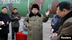 Солтүстік Корея басшысы Ким Чен Ын (ортада) ядролық полигонда. 9 наурыз 2016 жыл.