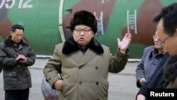 Ким Чен Ын на встрече с военными учеными-ядерщиками. Март 2016 года