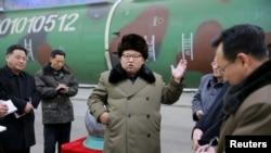 Лидер Северной Кореи Ким Чон Ын на встрече с ракетчиками и ядерщиками, архивное фото