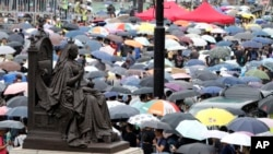 Эътирози сокинони Ҳонгконг дар ҳавои боронӣ ҳам идома дошт