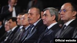 Президент Армении Серж Саргсян (в центре) на 9-ом съезде Союза добровольцев «Еркрапа», Ереван, 18 февраля, 2012 г.