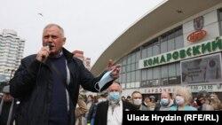 Николай Статкевич на пикете по сбору подписей у Комаровского рынка в Минске, 24 июня