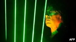 Жан-Мишель Жарр во всей французской электронной красе. Фото 2010 года