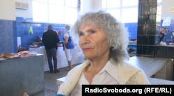 Жителька Краматорська каже, що через брак грошей, вона змушена купувати найдешевші продукти