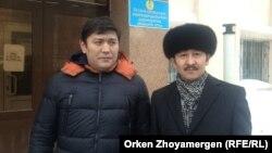 Гражданские активисты Максат Ильясулы (справа) и Сакен Байкенов. Астана, 28 февраля 2014 года.