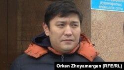 Сәкен Байкенов әкімшілік сот ғимараты алдында тұр. Астана, 28 ақпан 2014 жыл.