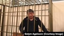 Задержанный в Кыргызстане по требованию казахстанских властей оппозиционный активист и блогер из Казахстана Муратбек Тунгишбаев в суде в Бишкеке по жалобе на решение суда о мере пресечения в виде содержания под стражей.