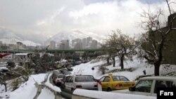 بارش سنگین برف رفت و آمد در جاده ها را با سختی مواجه کرده است.