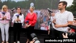 Віталь Воднеў (справа) падчас мітынгу Сьвятланы Ціханоўскай у Менскай 19 ліпеня 2020