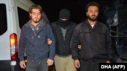 Архива: Припадник на турските безбедносни служби апси двајца осомничени припадници на ИД во Адана. 10.11.2017