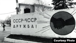 Слика на Дана Кундрова од книгата Заминувањето на Советите