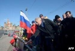 Дипломаты из стран ЕС возлагают цветы на месте убийства Бориса Немцова. Москва, 28 февраля 2016