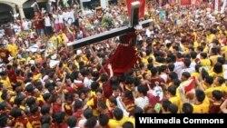 На 9 јануари секоја година, луѓе со дрвена статуа на Исус Хрустос, позната како Црниот Назареец, парадираат низ тесните улици на Манила од утро до полноќ.