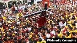 """""""Чёрного Назарина"""" несут по улицам Манилы. 9 января 2010 года"""