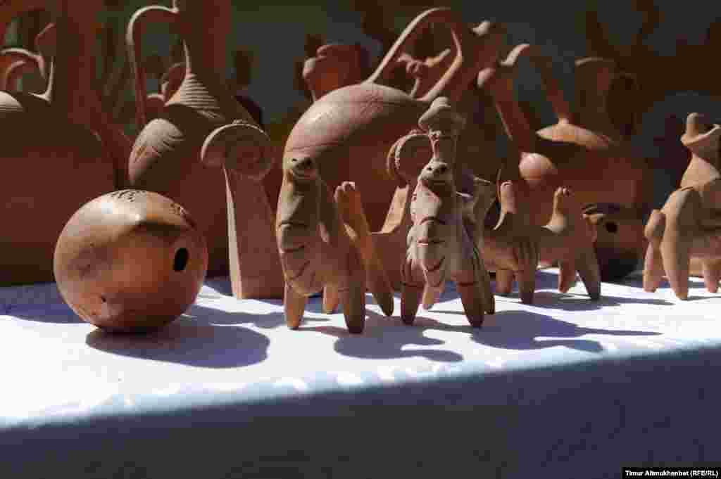Изделия из глины мастера Абая Арыспаева из города Туркестан.