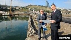 İlham Əliyev Dənizkənarı Milli Parkın ərazisində aparılan yenidənqurma işləri ilə tanış olur