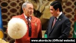 Президент Казахстана Нурсултан Назарбаев (слева) и президент Туркменистана Гурбангулы Бердымухамедов. Ашгабат, 2 декабря 2014 года.