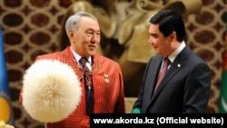 Қазақстан президенті Нұрсұлтан Назарбаев (сол жақта) және Түркіменстан президенті Гурбангулы Бердімұхаммедов. Ашғабат, 2 желтоқсан 2014 жыл.