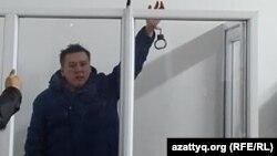 """Оппозициялық """"Саяси қалам. Трибуна"""" газетінің тұтқындағы жетекшісі Жанболат Мамай сот залында тұр. Алматы, 11 ақпан 2017 жыл."""