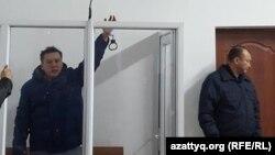 """Оппозициялық """"Трибуна"""" газетінің жетекшісі Жанболат Мамай сот залында. Алматы, 11 ақпан 2017 жыл."""