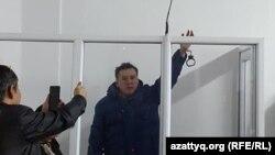 Жанболат Мамай, руководитель оппозиционной газеты «Трибуна», в зале суда. Алматы, 11 февраля 2017 года.