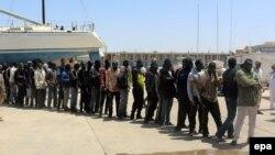 Африканські мігранти на базі ВМС Лівії у Тріполі, куди їх повернули після порятунку в Середземному морі, фото 5 травня 2015 року