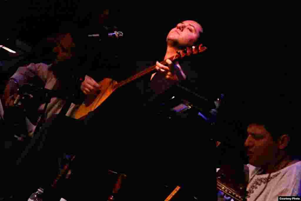 حامد نیکپی در یکی از کنسرتهایش در کالیفرنیا / عکس از آریا قوامیان