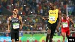 Усейн Болт и Андре де Грасс после финального забега на 200 метров