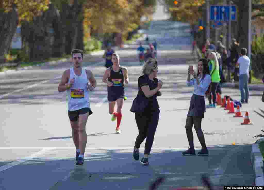 Классический марафон выбрали более полутысячи спортсменов, несколько десятков из них не добежали до финиша и сошли с трассы.