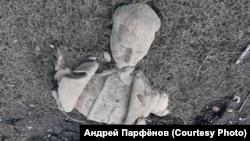 Фрагмент памятника Сталину на отмели, образовавшейся после осушения пруда в городе Куса