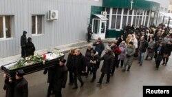 Похороны одной из погибших при взрыве троллейбуса 30 декабря в Волгограде (3 января 2014 года)