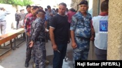 طوابير من قوات الأمن أمام احد مراكز الاقتراع بمنطقة الكرادة ببغغداد